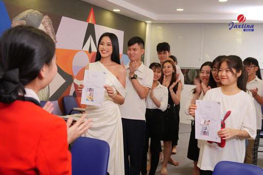 Hoa hậu Đỗ Thị Hà Học tiếng Anh giao tiếp